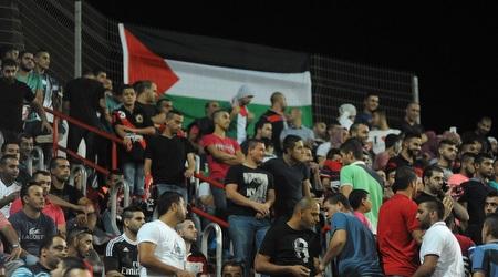 אוהדי סכנין עם דגל פלסטין (עמרי שטיין)