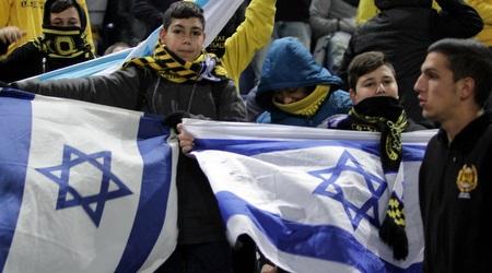 """אוהדי בית""""ר עם דגל ישראל (יניב גונן)"""