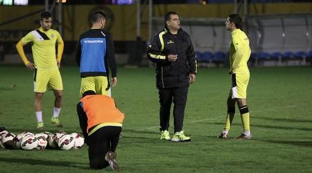 מנחם קורצקי משוחח עם השחקנים (רדאד ג´בארה)