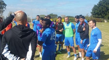 שחקני הפועל עכו מתגבשים במחנה האימונים בקיסריה. (דוברות עכו)
