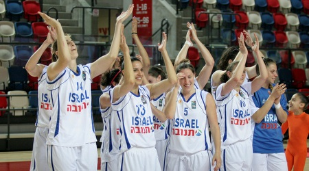 שחקניות נבחרת ישראל מודות לקהל (משה חרמון)