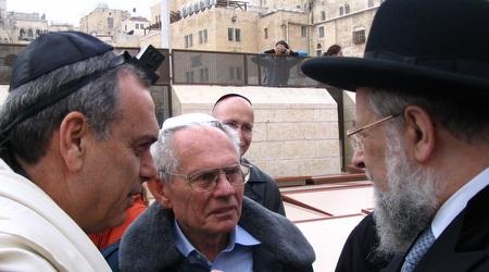 אברהם גרנט ואביו מאיר יחד עם הרב מאיר לאו (מערכת ONE)