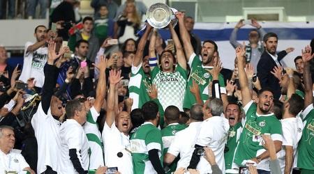 שחקני מכבי חיפה מניפים את גביע המדינה (רדאד ג'בארה)