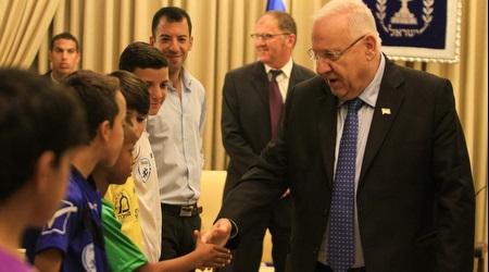 נשיא המדינה רובי ריבלין לוחץ ידיים לילדים (איתי כהן)