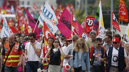 עובדים מפגינים ברחובות צרפת (רויטרס)