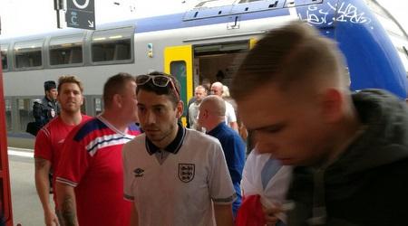 אוהדי אנגליה בירידה מהרכבת (ענבל מנור באמצעות HUAWEI P9)