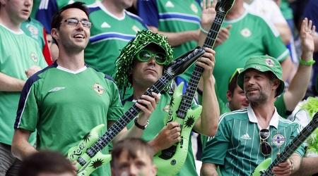 """אוהדי צפון אירלנד """"מנגנים"""" (רויטרס)"""