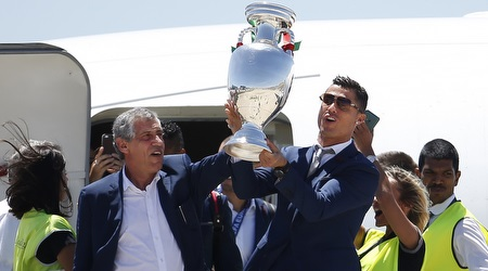 כריסטיאנו רונאלדו ופרננדו סנטוס עם גביע היורו (רויטרס)