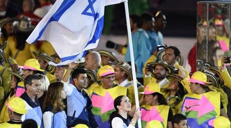 נטע ריבקין ודגל ישראל בריו (עמית שיסל)