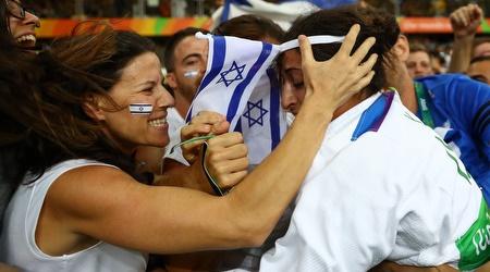 ירדן ג'רבי חוגגת עם הקהל הישראלי בברזיל (רויטרס)
