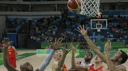סין נגד ונצואלה בכדורסל. הרמה דומה (רויטרס)