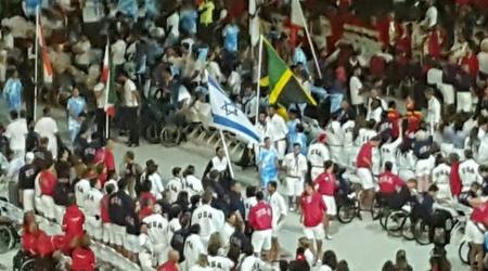 מורן סמואל נושאת את דגל ישראל בטקס הנעילה (קרן איזיקסון)