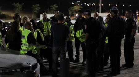 שוטרים מחוץ לטוטו טרנר (איתי כהן)