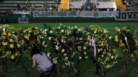 באצטדיון בשאפקואנסה מכינים את הפרחים (רויטרס)