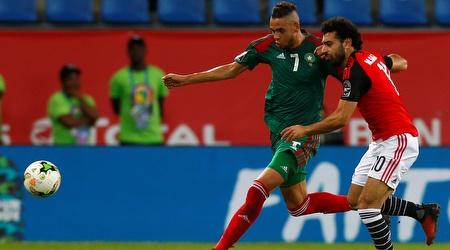 יוסף אל עראבי במדי נבחרת מרוקו מול מוחמד סלאח (רויטרס)
