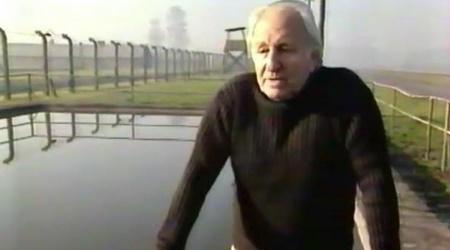 נח קליגר ליד מאגר מים באושוויץ. מתוך הסרט על חייו של נקש (מערכת ONE)