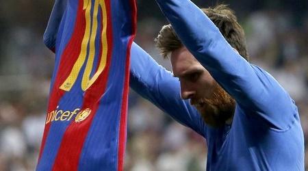 מסי עם החולצה בברנבאו. כך הוא חגג את הגול ה-500 בקריירה (La Liga)