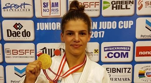 בטינה טומלקובה עם המדליה (איגוד הג'ודו) (מערכת ONE)