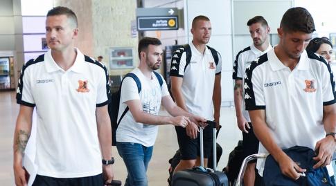 שחקני בני יהודה מתכוננים לעלייה למטוס (נעם מורנו)