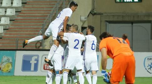 שחקני נבחרת ישראל הצעירה חוגגים (עמית מצפה)