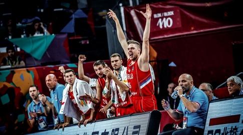 שחקני סרביה חוגגים על הספסל (FIBA)