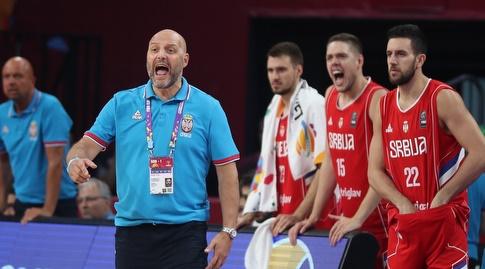 שחקני סרביה צועקים מהספסל (רויטרס)