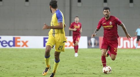רוברטו סוריאנו מתקדם עם הכדור (איציק בלניצקי)