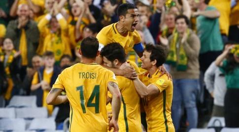 שחקני אוסטרליה חוגגים עם קייהיל (רויטרס)