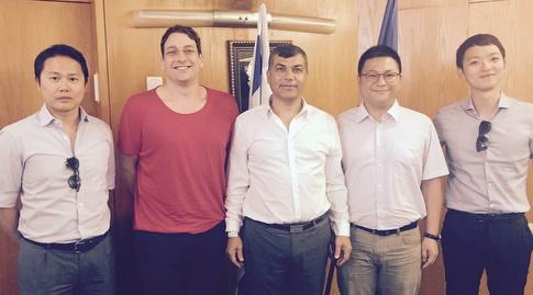 ראש עיריית בת ים, יוסי בכר, אמיר כבירי ונציגי החברה הסינית (עיריית בת ים)