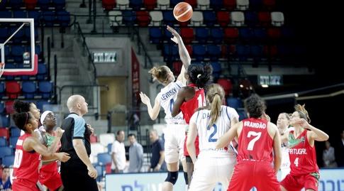 קטיה לויצקי קופצת לכדור הפתיחה (שחר גרוס)