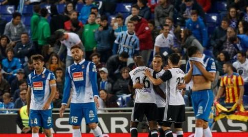 שחקני ולנסיה חוגגים מול שחקני אספניול (La Liga)