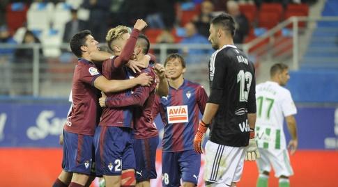 שחקני אייבר חוגגים את השער השלישי (La Liga)