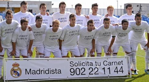 קבוצת המילואים של ריאל מדריד עם חולצות התמיכה בקפוטה (מערכת ONE)