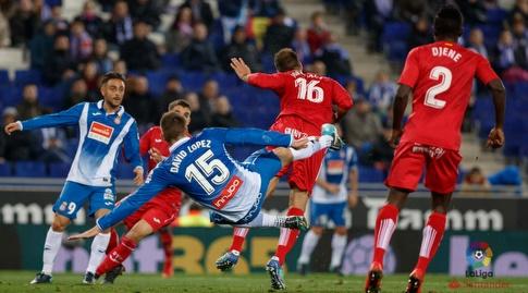 שחקני אספניול וחטאפה נאבקים על כדור גובה (La Liga)