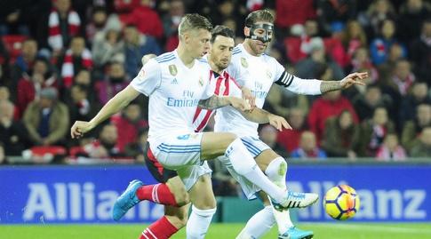 טוני קרוס וסרחיו ראמוס מול אריץ אדוריס (La Liga)