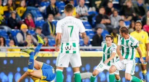 אנדרס גוורדאדו נאבק על הכדור (La Liga)