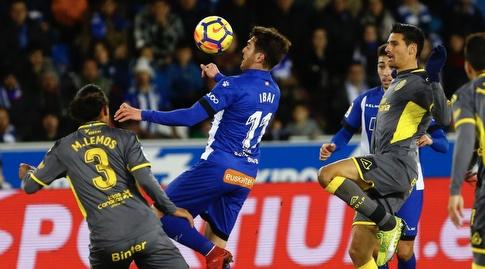איבאי גומס משתלט על הכדור (La Liga)