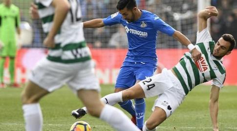 ז'ואן ז'ורדן מנסה לחלץ את הכדור (La Liga)