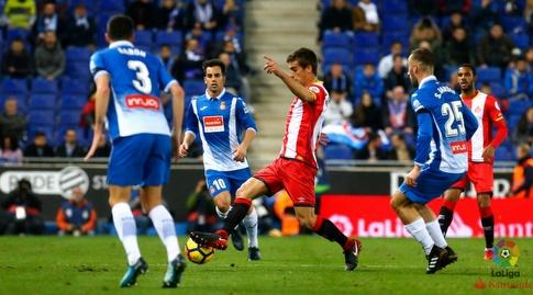 פרה פונס מוקף בשחקני אספניול (La Liga)