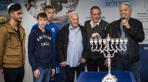 שייע גלזר מדליק את נרות החנוכה (צילום: ההתאחדות לכדורגל בישראל)