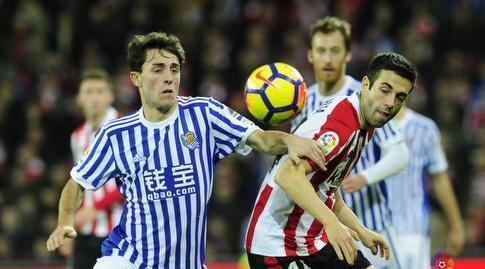 עדנאן ינוזאי מנסה להגיע לכדור (La Liga)