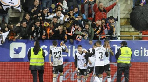 סאנטי מינה חוגג עם הקהל של ולנסיה (La Liga)