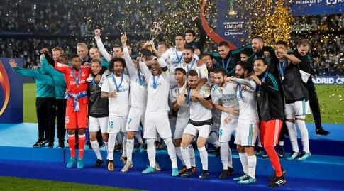 שחקני ריאל מדריד חוגגים עם הגביע (רויטרס)