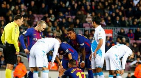 פאקו אלקאסר יושב על הדשא אחרי הפציעה (La Liga)
