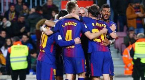 שחקני ברצלונה חוגגים את השלישי (La Liga)