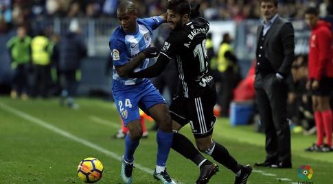 דייגו רולאן מנסה להגיע לכדור (La Liga)