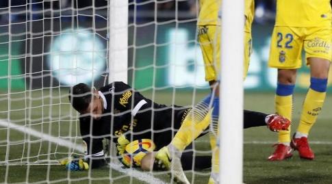 ראול ליסואין עוצר את הכדור על קו השער (La Liga)