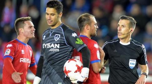 שחקני נומנסיה מוחים בפני השופט (La Liga)