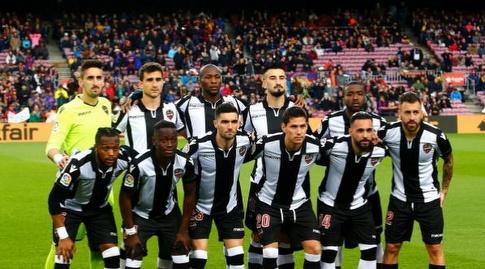 שחקני לבאנטה לפני שריקת הפתיחה (La Liga)