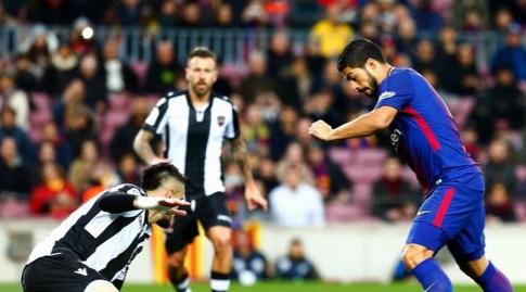 לואיס סוארס עם הכדור בתוך הרחבה (La Liga)